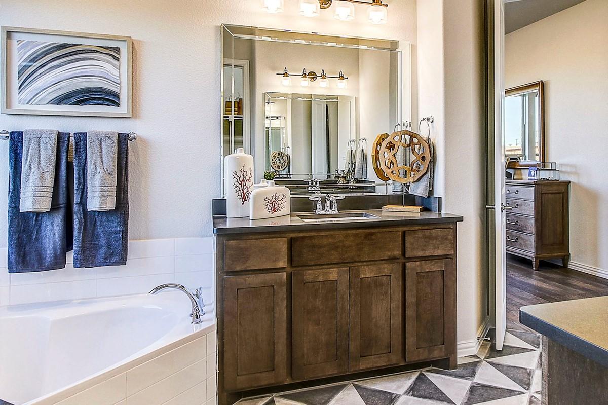 5232 Ravine Ridge Ct_Hillcrest III_Trailwood_023_Owner's Luxury Bath