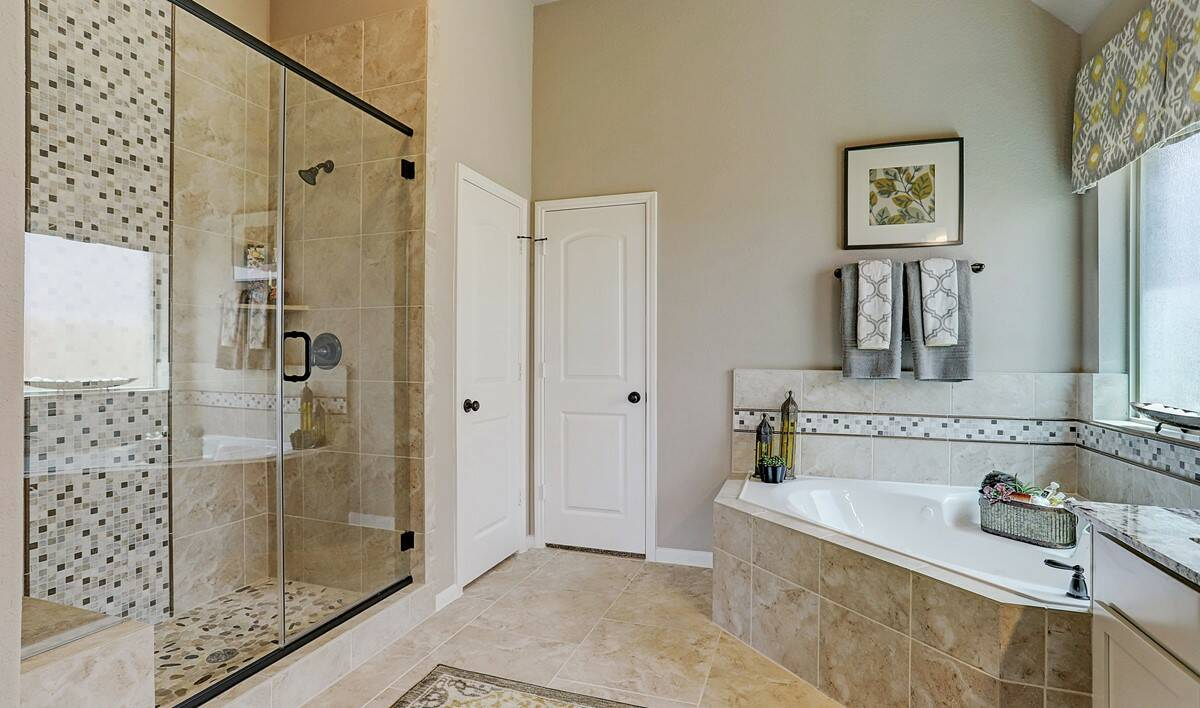 Owner's bath2_Prairie Glen 24126 IMG 22_1_1c